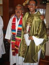 El Padre Mauro agradece al Señor Cura, el Padre Salvador Sánchez Sánchez, que está cumpliendo 50 Años de Sacerdocio.