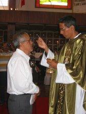 El Padre Mauro da la Comunión a su Padre Francisco.