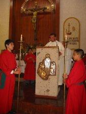 """El Padre Fernando proclamó el Evangelio.""""Se le dará el Reino a un pueblo que produzca sus frutos"""". (San Mateo)."""