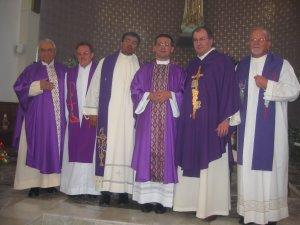 Los Padres Misioneros que acompañaron al Padre Tomás en su Cantamisa de Acción de Gracias.