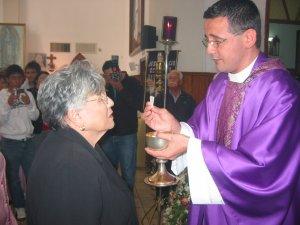 El Padre Tomás da la Comunión a su Señora Madre.