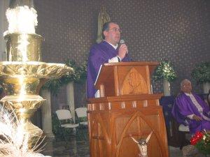 El Padre Giovanni en su homilía exortó al Padre Tomás con las palabras del Profeta Miqueas...