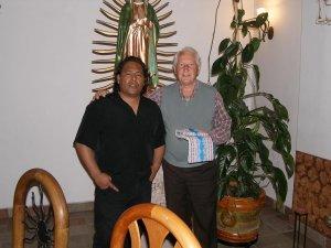 Pai Joao e Pai Fausto bajo la mirada de nuestra Señora de Guadalupe.