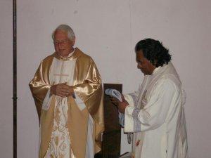 A nombre de los padres de la comunidad, el P. Fausto, le entrega una estola hecha por los indigenas de puebla...