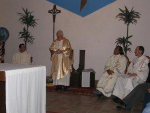 ... y los padres: Fernando, Fausto y Antonio; el P. Joao inicia la celebración Eucarística, en la cual da gracias a Dios por el regalo del sacerdocio.