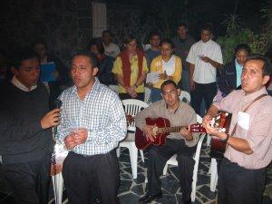 Los Seminaristas y las Misioneras Seglares animaron la Misa con los Cantos.