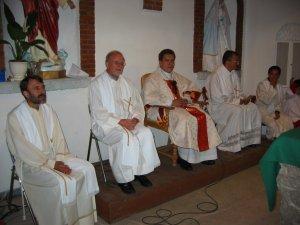 Los Padres, Misioneros de San Carlos, que concelebraron.