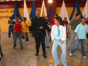 """La emoción fue tanta, que hasta el Padre Miguel le entró a echarse su """"zapateadita""""."""