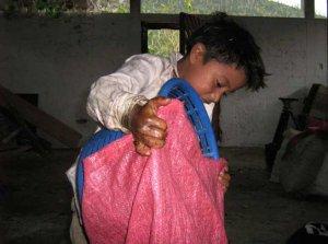 Niños menores de diez años caminan más de una hora con la pesada carga a cuestas hasta llegar al galerón.