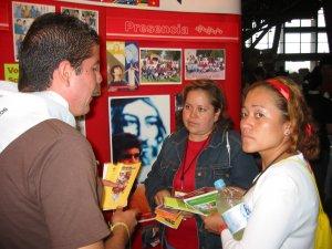 El Seminarista José Manuel explicando a la gente el carisma scalabriniano.