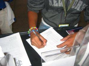 """Muchos jóvenes dejaron su dirección para recibir la revista de los """"JÓVENES SIN FRONTERAS""""."""