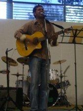 Rodrigo Sierra, canta-autor de música con fondo migratorio y/o scalabriniano
