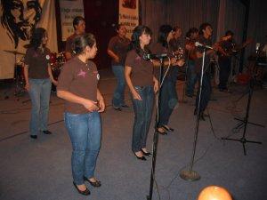 """El Grupo """"Pascua Juvenil"""", representante de la Diócesis de Nuevo Casas Grandes, Chih., propuso el Canto: """"Lleno de Cristo""""."""