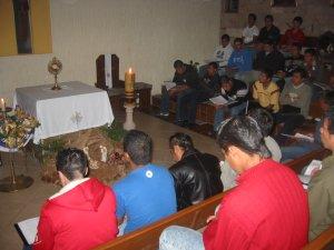 Durante la Hora Santa tuvimos la oportunidad de acercarnos al sacerdote...