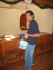 Limpiando el comedor.