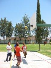 Unos pasamos un rato jugando basquetbol.