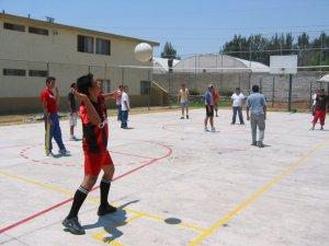 Unos pasamos un rato jugando volibol.