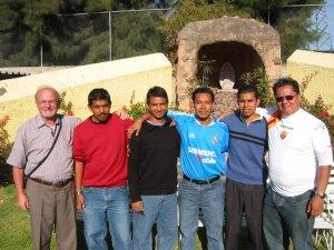 Padres y Seminaristas que organizaron esta Convivencia de Pascua 2007.