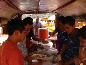 El viernes, nos fuimos de paseo a los canales de Xochimilco.