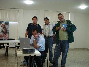 Guillermo mostrando la revista de la vida de Scalabrini en dibujos animados.