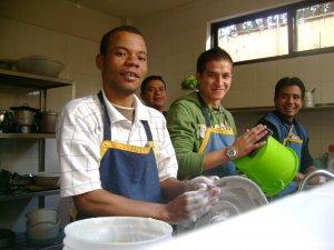 colaboramos en el aseo y el lavado de platos, fue una oportunidad de servicio,