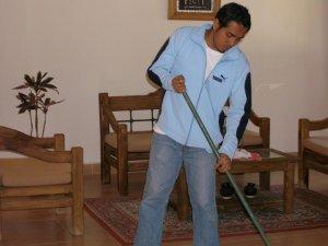 Daniel, limpiando la sala San Carlos.
