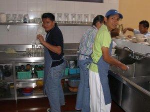 Unos JSF lavan la loza despues de la comida.