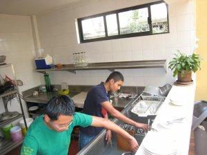Después de una deliciosa<br /> comida... a lavar la loza!!!!