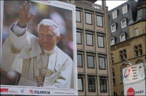 Lo primero que ven los peregrinos de la Jornada son los murales de Benedicto XVI y de Juan Pablo II