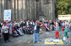 Jóvenes con capacidades diferentes disfrutando de las expresiones artísticas en Colonia