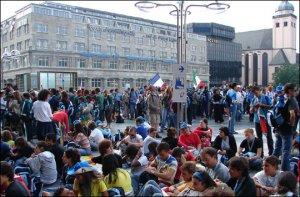 Jóvenes italianos esperando el momento de entrar al estadio de Dusseldorf (Ceremonia de inauguración)