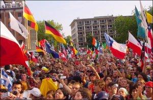 <br /> Jóvenes de todo el mundo esperando ver al Papa <br />