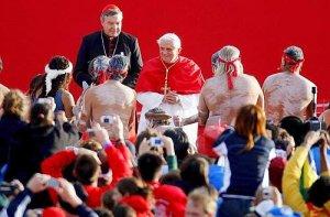 El Papa saluda a los danzantes aborígenes.