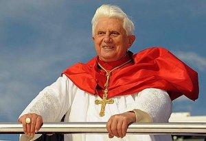"""El Papa Benedicto XVI a bordo del """"Sidney 2000""""rumbo al muelle de  Bangaroo."""