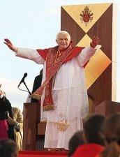 El Papa saluda a la muchedumbre.