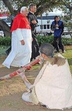 Papa Benedicto XVI y el Padre Matt Digges. Un aborígene toca un típico instrumento local.