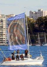 Una imagen de la Virgen con el Niño en la vela de un barco en la bahía de Sidney.
