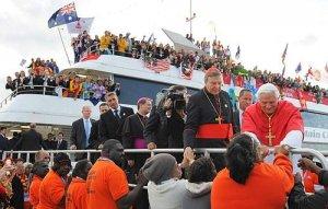 El Cardenal George Pell  y el Papa saludan a los aborígenes en el muelle de Bangaroo.