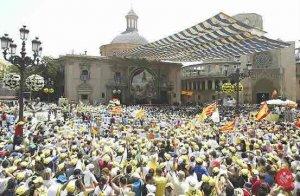 Miles de Peregrinos se dieron cita en la plaza de la Catedral de Valencia, para rezar el Angelus con el Papa Benedicto XVI