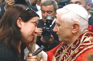 Dentro de la Basílica de la Virgen de los Desamparados de Valencia, Su Santidad se reunió con familiares de las víctimas del accidente del metro en la ciudad valenciana. Benedicto XVI consuela a los deudos.
