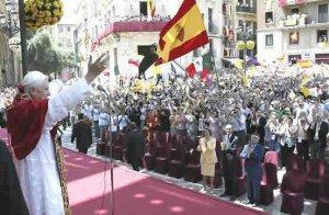 México siempre fiel. Se observa una bandera mexicana entre los cientos de fieles que saludan al Papa afuera de la Basílica de la Virgen de los Desamparados de Valencia.