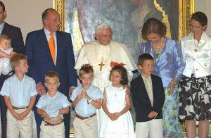 Benedicto XVI fue recibido por los reyes de España, Don Juan Carlos y Doña Sofía, en el salón dorado del Palau de la Generalitat y se tomó una foto con los miembros de la familia real.
