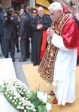 El Papa visitó la estación del metro de Jesús, donde el pasado lunes 3 de julio se registró un accidente que dejó 42 muertos. Benedicto XVI depositó una corona de flores y rezó por las víctimas.