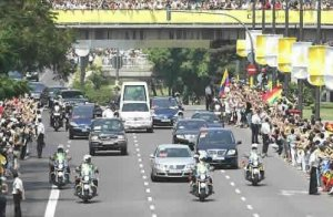 Su Santidad, a bordo del Papamóvil, se trasladó por la avenida del Cid donde fue recibido con entusiasmo por miles de personas, a lo largo de su recorrido.