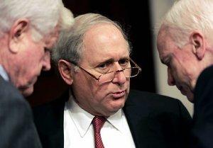 Los Senadores Edward Kennedy (izq) y John McCain (der) guían el grupo bipartidista que entregó el nuevo plan migratorio.