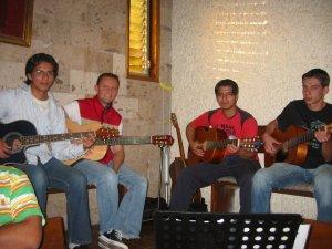 Unos compañeros con sus guitarras animaron la Santa Eucaristía.