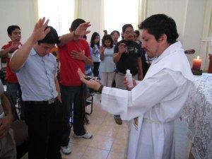 ... y nos entregó la Cruz del compromiso misionero.