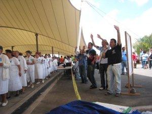 La participación de los jóvenes en este evento estuvo llena de carisma.