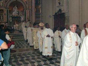 Unos Misioneros de San Carlos concelebraron la Eucaristía.