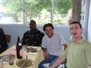 Iz. a dr.  Monel, de Haití. Cesar, de Paraguay. Alexander, de Brasil, que ya tenía hambre. Jejeje.